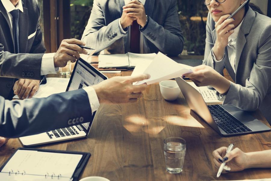 Malá firma je spíš jako rodina, korporace zase může nabídnout více.