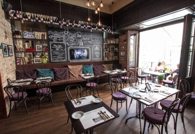 Stylový interiér bratislavské kavárny navozují židle zohýbaného dřeva vnejklasičtější tradiční podobě. Foto: Archiv Dublino